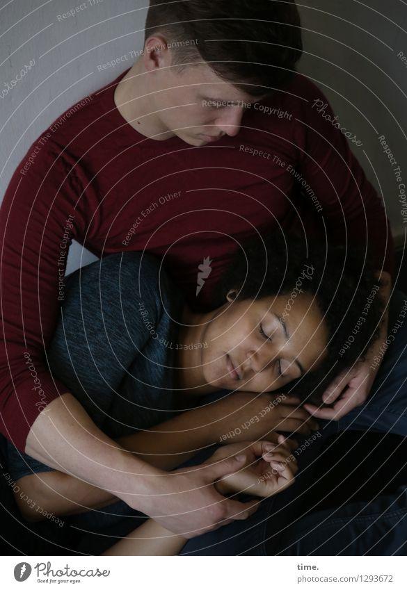 Janis & Ansiré Frau Erwachsene Mann 2 Mensch T-Shirt schwarzhaarig kurzhaarig festhalten liegen schlafen sitzen träumen Gefühle Zufriedenheit Kraft Vertrauen