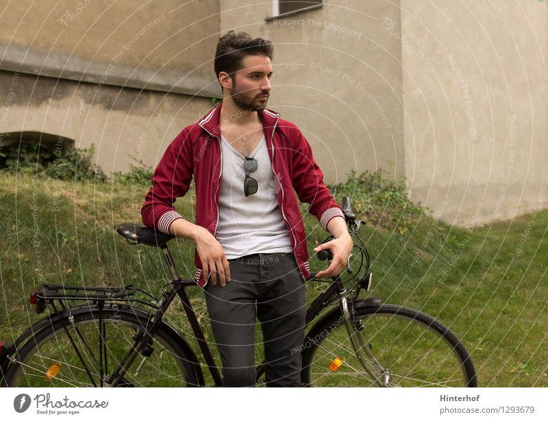 Junger Mann mit dem Fahrrad - Fahrradpause Mensch Jugendliche Stadt Erholung Freude 18-30 Jahre Erwachsene Umwelt Leben Stil Lifestyle maskulin Freizeit & Hobby