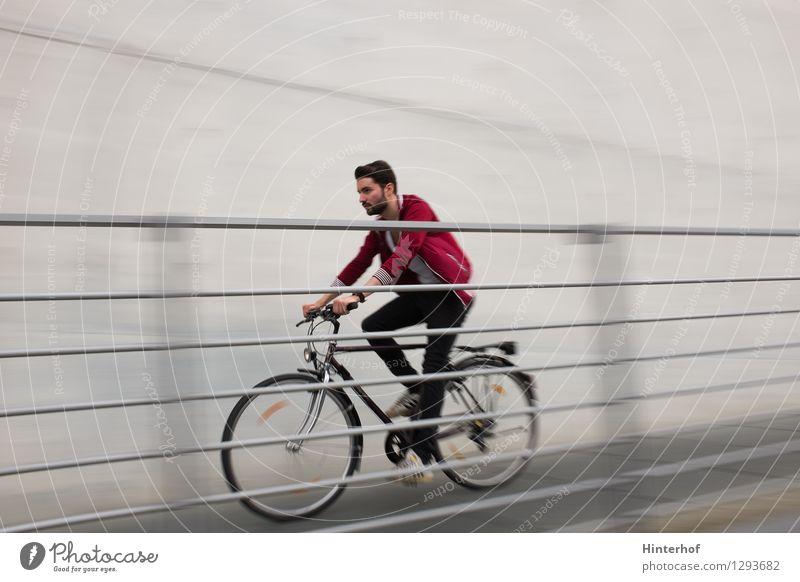 Fahrradfahren - junger Mann beim Fahrradfahren Mensch Jugendliche Stadt rot Freude 18-30 Jahre Erwachsene Leben Architektur Stil Sport grau maskulin