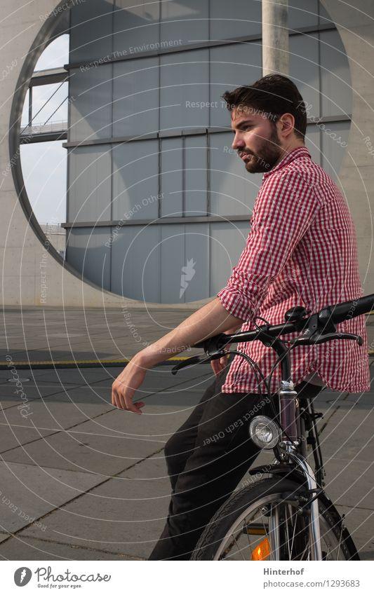 Junger Mann mit dem Fahrrad in der Stadt Mensch Jugendliche Freude 18-30 Jahre Erwachsene Umwelt Architektur Stil Sport Lifestyle maskulin Verkehr Fahrradfahren