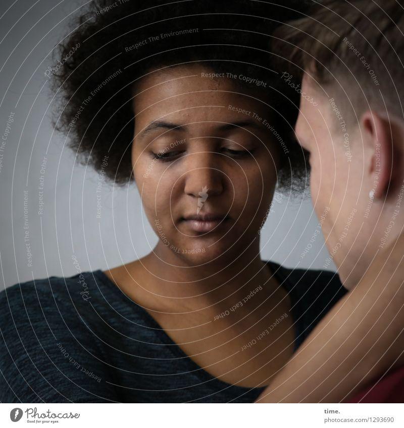 Ansiré & Janis maskulin feminin Frau Erwachsene Mann 2 Mensch T-Shirt schwarzhaarig blond kurzhaarig Locken Afro-Look Kommunizieren Traurigkeit schön Vertrauen