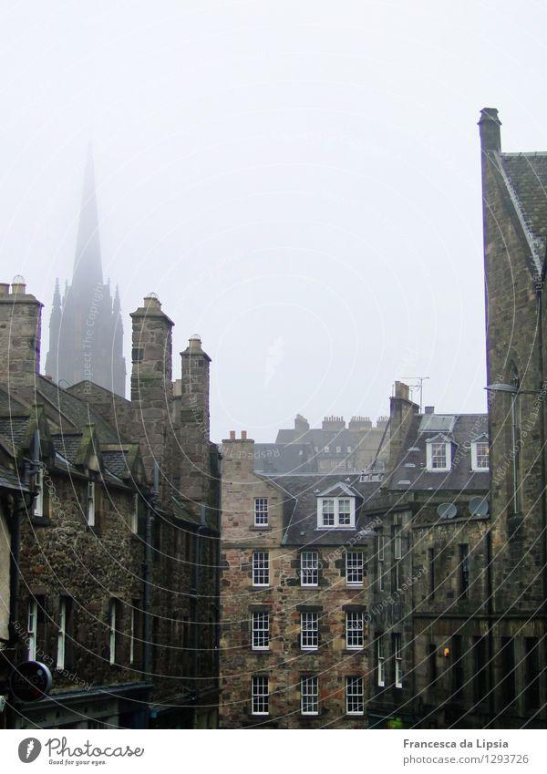 Candlemaker Row Städtereise Herbst schlechtes Wetter Nebel Edinburgh Schottland Stadt Menschenleer Kirche Architektur Mauer Wand Fassade Dach Schornstein Stein