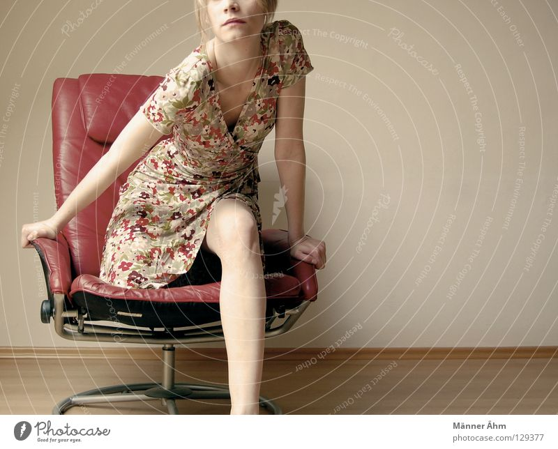 Standing ovation. Frau rot Blume Freude Holz Denken Beine Fuß Schuhe Arme warten Bodenbelag stehen Bekleidung Stuhl Körperhaltung