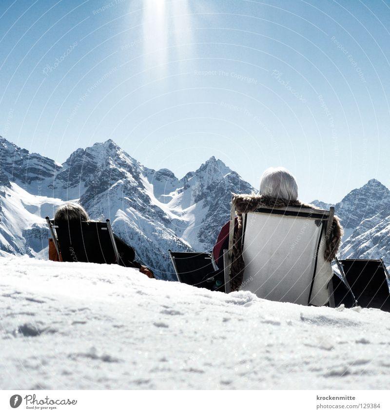 sonnenhungrig Mensch Ferien & Urlaub & Reisen Sonne Winter Erholung kalt Schnee Berge u. Gebirge hell Beleuchtung Pause Fell Schweiz genießen Sonnenbad Ruhestand