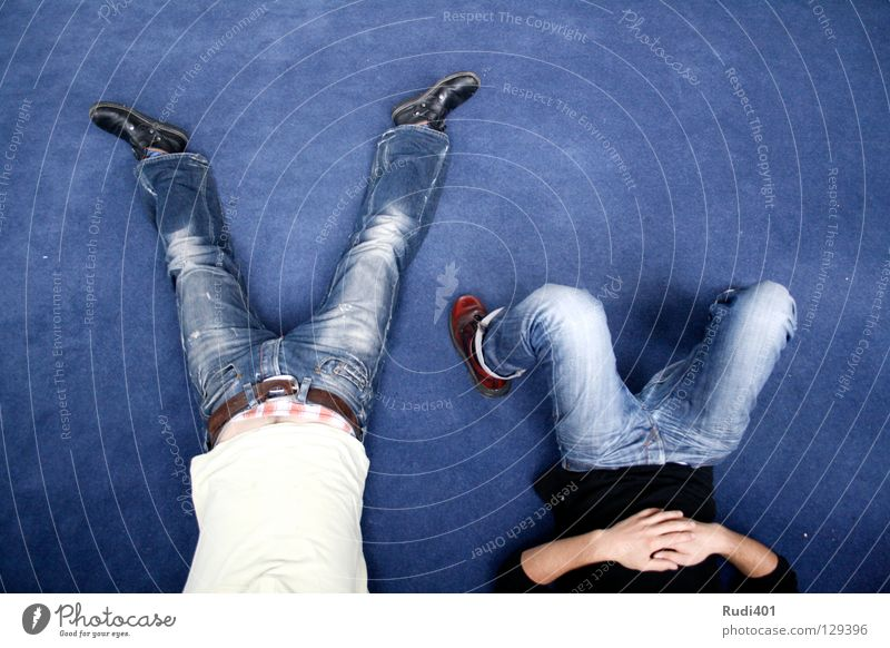 mittagspause Mann weiß blau ruhig schwarz Erholung Beine schlafen Jeanshose Frieden liegen Hose Bauch Langeweile Verkehrswege Teppich
