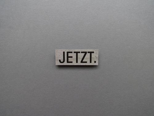 JETZT. schwarz grau Zeit Schilder & Markierungen Schriftzeichen Beginn Kommunizieren planen eckig Termin & Datum Gegenwart