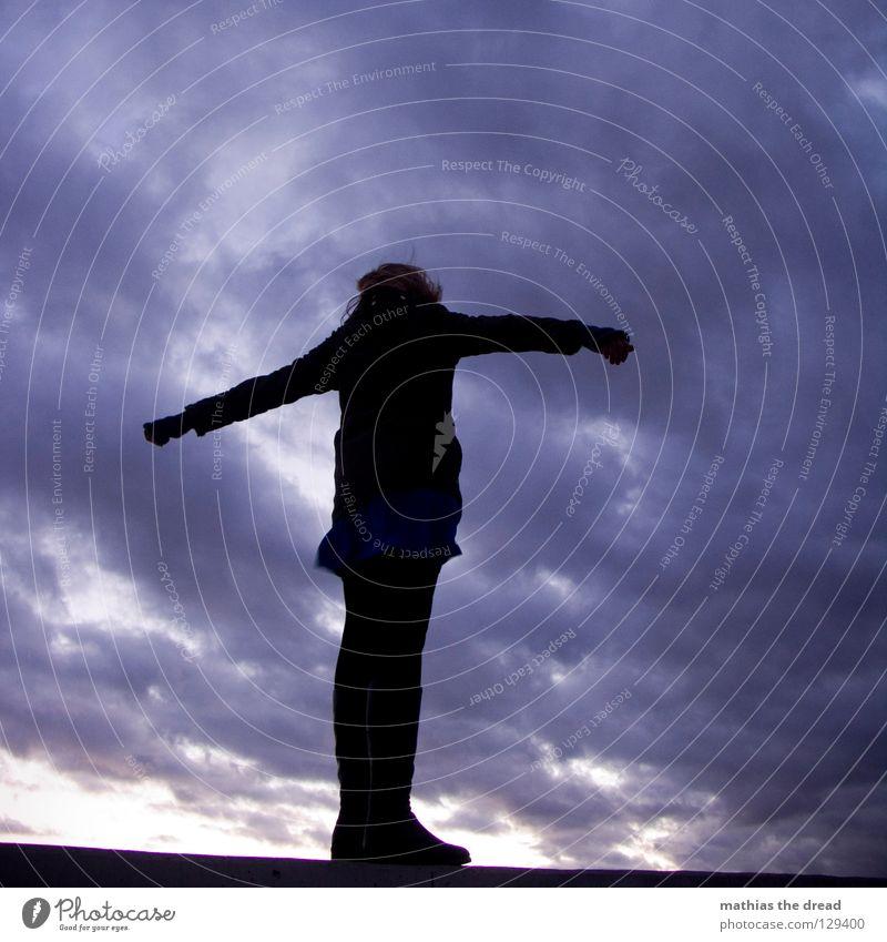 Freiheit Frau feminin Mädchen Silhouette schwarz dunkel Wind Sturm kalt Eisenbahn Gegenwind Wolken rosa violett Sonnenuntergang schön Freundlichkeit