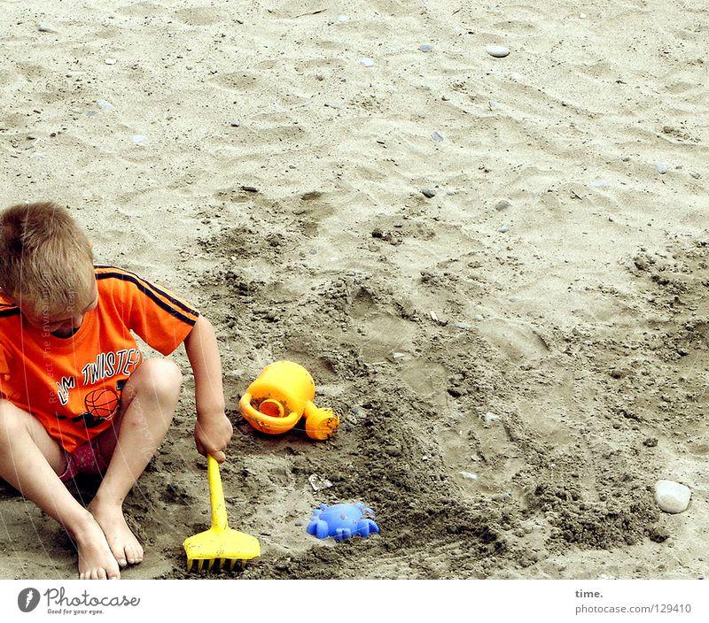 Am Anfang war das Förmchen (II) Kind blau Hand Ferien & Urlaub & Reisen Sommer Strand Einsamkeit gelb Spielen Junge Sand Küste Arbeit & Erwerbstätigkeit