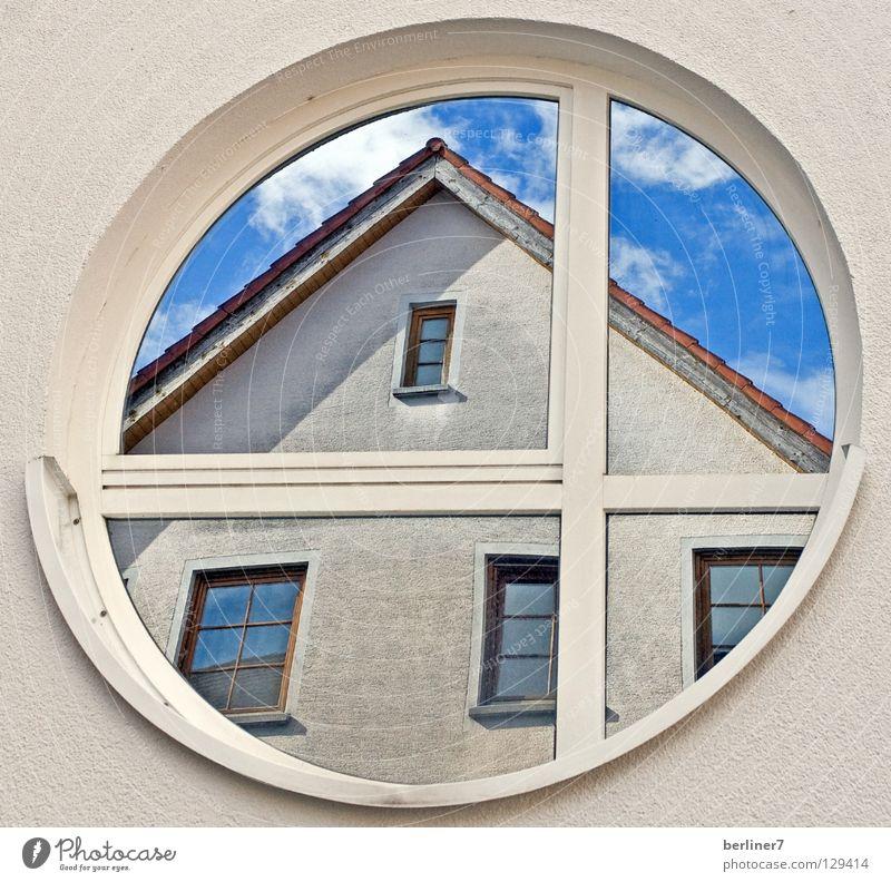 Das Eckige muss ins Runde / 2 rund eckig Fenster Rundfenster Wand Haus Dach Dachgiebel Wolken weiß Spiegel Reflexion & Spiegelung himmelblau Detailaufnahme