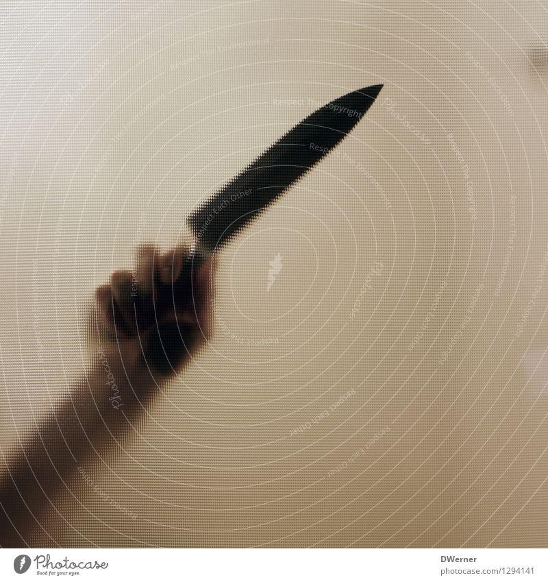 Auf Messers Schneide. Besteck Mensch Junger Mann Jugendliche Erwachsene Hand 1 Konflikt & Streit Aggression gelb Gefühle Stimmung Angst Todesangst Wut Gewalt