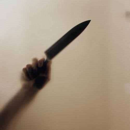 Auf Messers Schneide. Mensch Jugendliche Mann Hand Junger Mann Erwachsene gelb Gefühle Tod Stimmung Angst Scharfer Gegenstand Todesangst Wut Jagd Gewalt