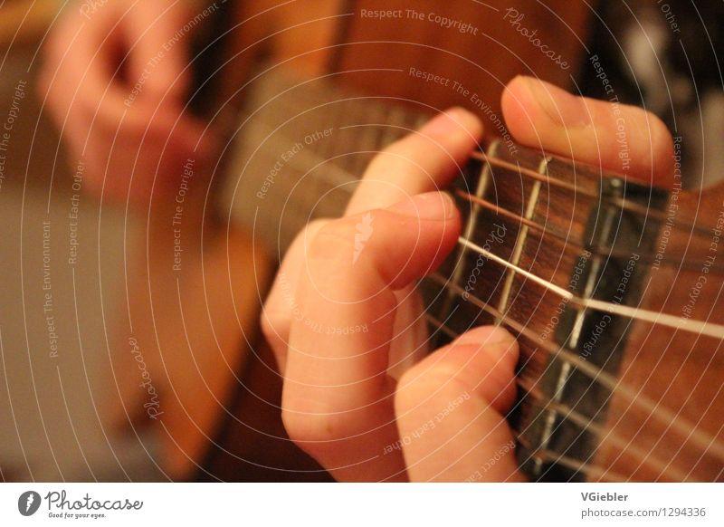 la guitara Lifestyle Freude Freizeit & Hobby Musiker Gitarrenspieler Hand Finger Gitarrensaite Gitarrenhals Gitarrengriff Nylon berühren Erholung Spielen
