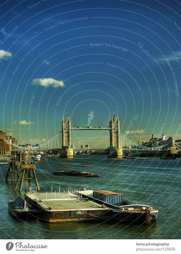 Stille Tower Bridge London England Themse Großbritannien Kunst Sightseeing Hängebrücke Stahl Konstruktion Wasserfahrzeug Dampfschiff ankern ruhig harmonisch