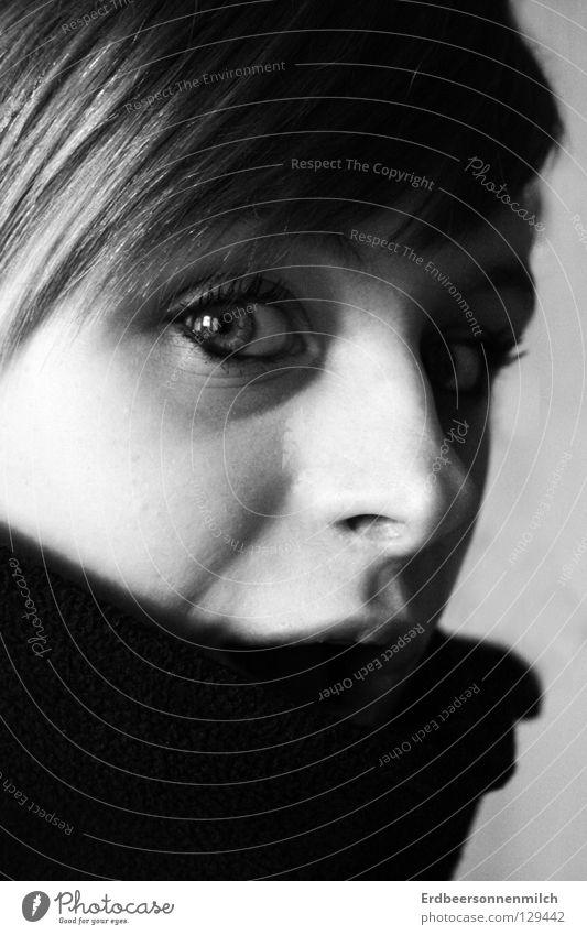 Es war kalt . . . Frau Kragen Gefühle Trauer Verzweiflung Angst Panik schön Schwarzweißfoto Blick gefangen