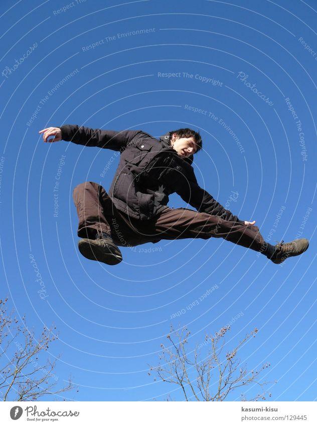 Freiheit Mann braun springen Winter kalt Freude Himmel blau frei hoch Ast