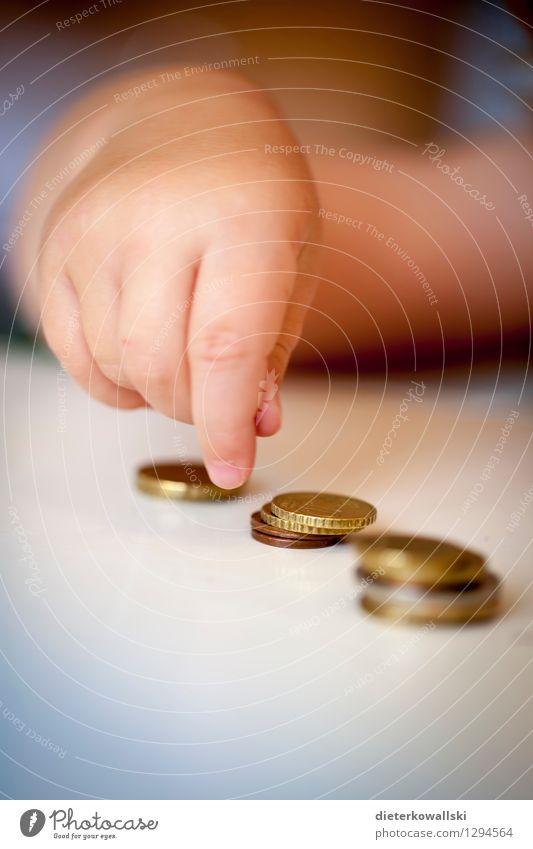Hand Geld sparen Kindererziehung Kapitalwirtschaft Kindheit Finger 1-3 Jahre Kleinkind Geldmünzen bezahlen Spielen Wissen zählen Bildung Verantwortung