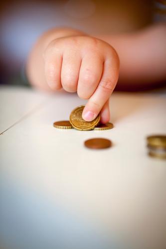 Hand II Geld sparen Kindererziehung Kleinkind Finger 1-3 Jahre Arbeit & Erwerbstätigkeit Spielen Geldmünzen zählen lernen Bildung Verantwortung sparsam rechnen