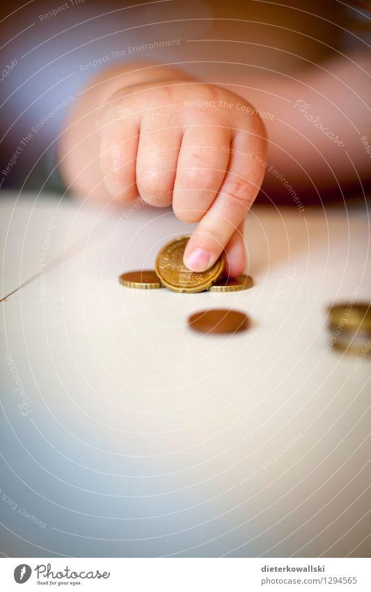 Hand II Spielen Arbeit & Erwerbstätigkeit Finger Geld Kleinkind sparen Kindererziehung zählen Geldmünzen 1-3 Jahre