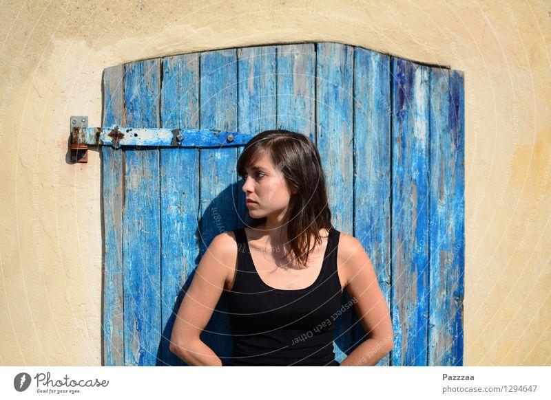 Vor der Tür. elegant Haut Sommer feminin Junge Frau Jugendliche 1 Mensch 18-30 Jahre Erwachsene Jugendkultur Altstadt Hütte Fassade brünett Holz beobachten