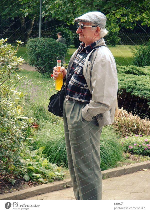 zugerüsteter Opi Mann alt Großvater Sonnenbrille Großeltern Entschlossenheit zielstrebig