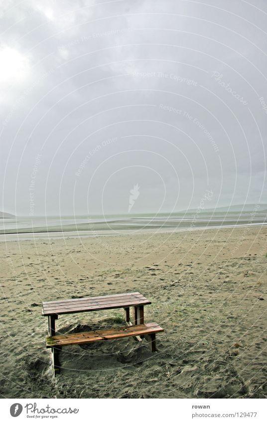 auf die sonne warten Tisch Strand Winter kalt nass Nebel Meer dunkel leer Einsamkeit Ferne braun Pause Menschenleer Küste verfallen picknicktisch Sand trist