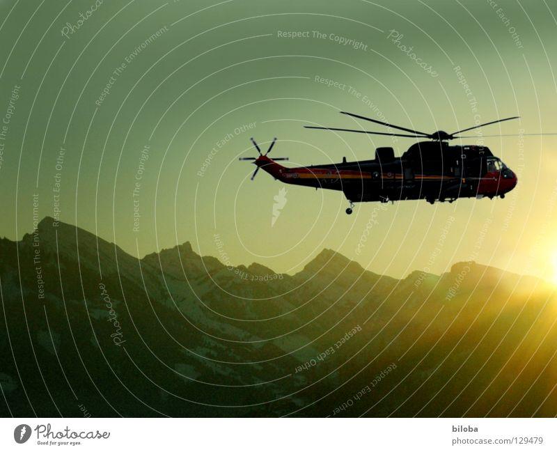 Flugromantik Hubschrauber Propeller Sonnenuntergang Luft kalt schön Winter Fluggerät Sonnenstrahlen Luftverkehr Berge u. Gebirge Abend Alpen Wind