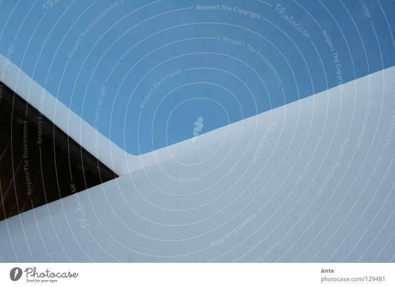 abstraktion Himmel weiß blau Winter Haus kalt Schnee Wand Holz Linie Ecke Dach Geometrie flach streng