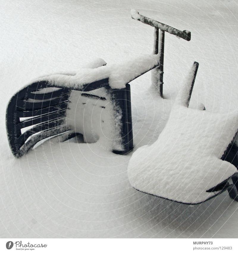 Schneesturm im eigenen Garten Winter Luft Wind Tisch Stuhl Sturm Möbel chaotisch durcheinander Schneeflocke unordentlich Windböe umgefallen
