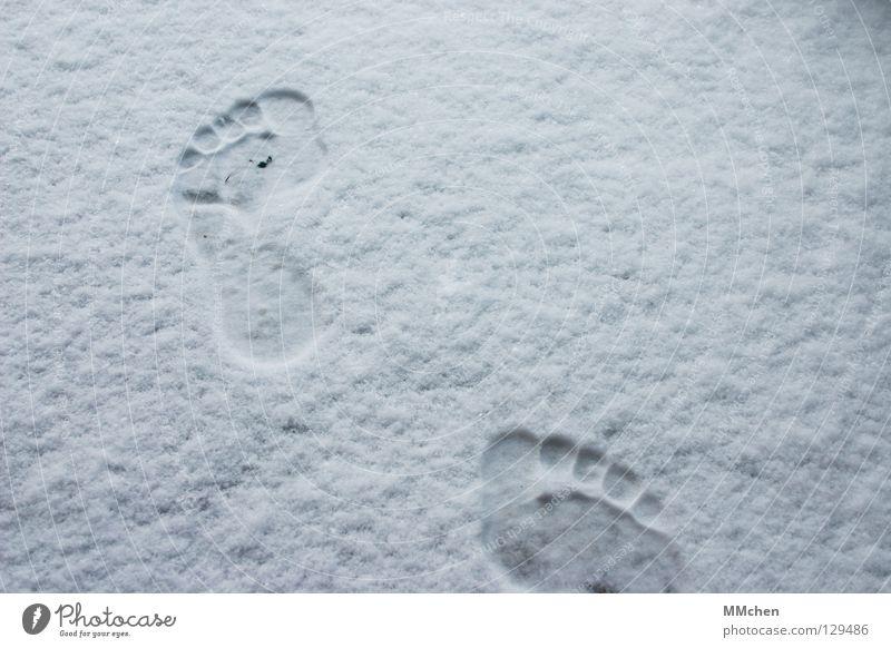 Wohin gehst Du? weiß Winter Einsamkeit kalt Schnee Schuhe wandern Armut laufen Spuren vorwärts 5 frieren Fußspur Zehen Barfuß