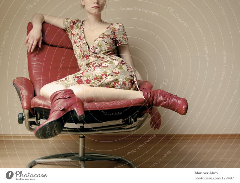 Sit-in. Frau rot Blume Freude Holz Denken Beine Fuß Schuhe Arme warten sitzen Bodenbelag Bekleidung Stuhl Körperhaltung