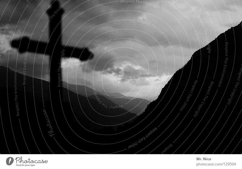 R.I.P. Gruft beerdigen Kruzifix Friedhof Denkmal Grab Grabstein Grabmal Hügel Wolken schlechtes Wetter dunkel dramatisch Symbole & Metaphern Stimmung mystisch
