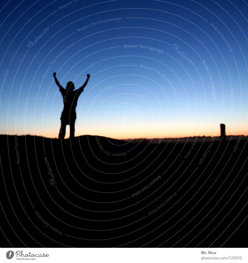 joy Applaus Freude gestikulieren Armhaltung stehen Mann Silhouette Abenddämmerung Hügel Deich Nachthimmel Ferne Schatten Sonnenuntergang Streifen Lichtstreifen