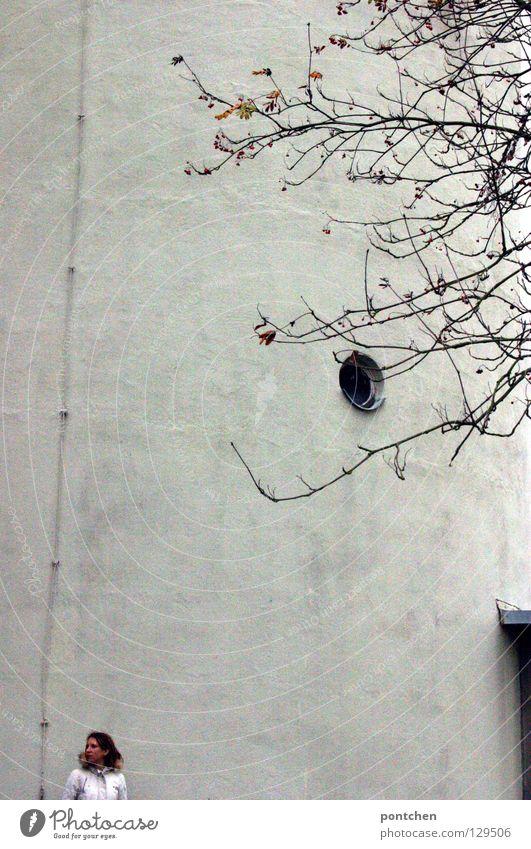Klein Ferne Winter Frau Erwachsene 1 Mensch Baum Turm Mantel Fell stehen groß kalt weiß Wand beeindruckend verfallen leer Größe verloren frieren Einsamkeit