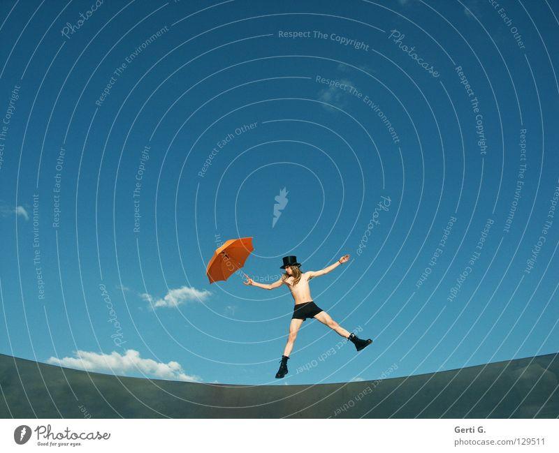 jumping jeck Freude Mensch Mann Erwachsene Himmel Wolken schlechtes Wetter Regenschirm Stiefel Hut blond langhaarig Grenze springen Fröhlichkeit lustig orange