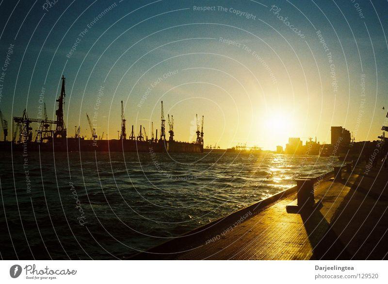 am Hafen Sonnenuntergang Gegenlicht Dock Kran Strahlung Poller Romantik Ferien & Urlaub & Reisen Hamburg Schifffahrt Anlegestelle Wasser Himmel Abend