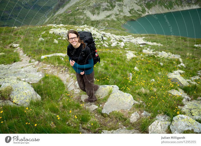 Wanderfreuden II Mensch Natur Ferien & Urlaub & Reisen Jugendliche Junge Frau Blume Landschaft 18-30 Jahre Erwachsene Berge u. Gebirge Umwelt Wiese feminin