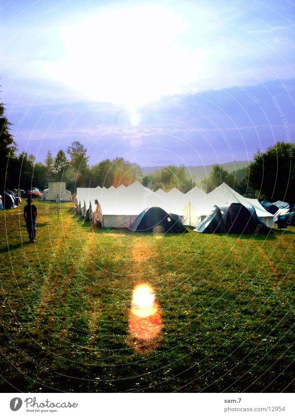 Sonne über den Zelten Natur Wiese Verkehr Camping
