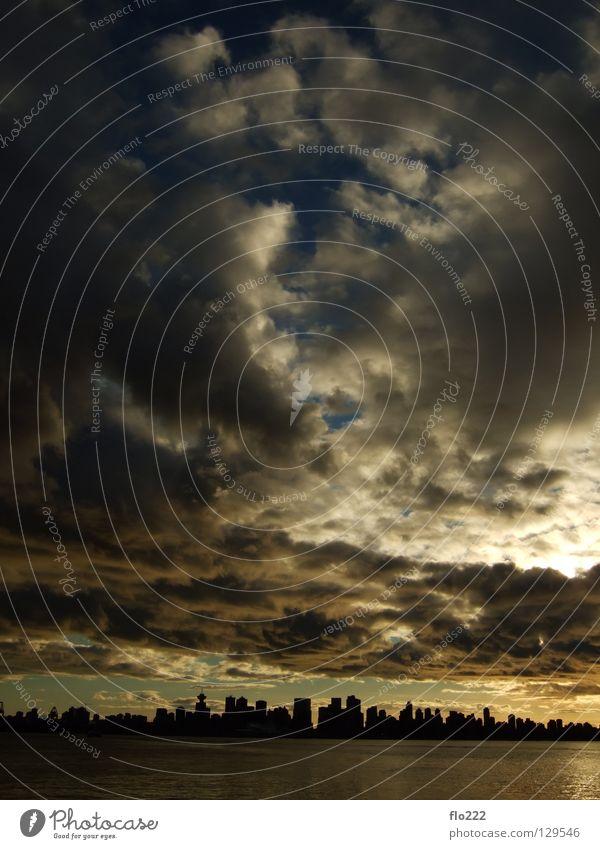 Himmel über Vancouver Wasser Himmel Sonne Meer Stadt See Stimmung gold Hochhaus bedrohlich Skyline Abenddämmerung dramatisch Vancouver Regenwolken Wolkenhimmel