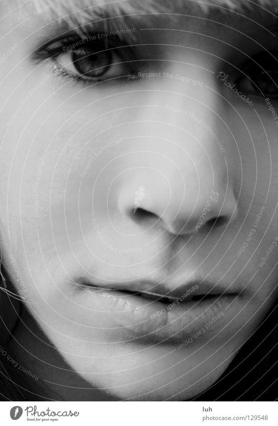 ich bin wer ich bin Haare & Frisuren Gesicht Mensch Frau Erwachsene Auge Nase Mund Ausstellung Wind außergewöhnlich kalt nah grau schwarz weiß Leidenschaft