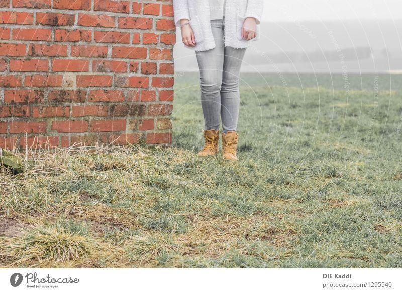 Stall Begehung Mensch feminin Junge Frau Jugendliche Beine Fuß 1 Frühling Herbst Feld Mauer Wand Jeanshose Stiefel Wanderschuhe Stein Beton warten alt kalt