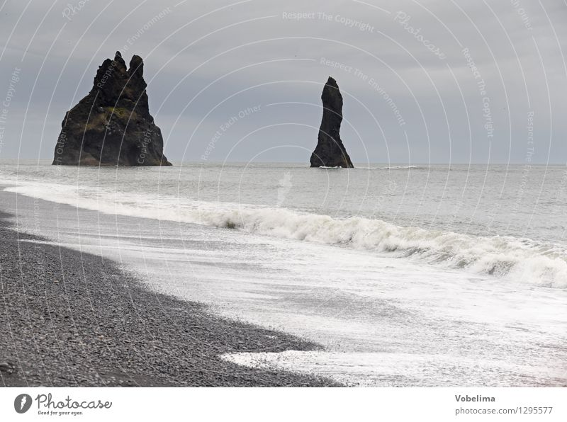 Reynisdranger Tourismus Ferne Meer Insel Wellen Natur Landschaft Urelemente Erde Luft Wasser Wolken Wetter schlechtes Wetter Felsen Küste Strand braun grau weiß