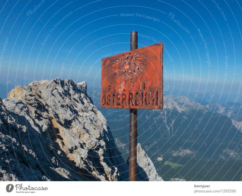 Tu felix Austria Himmel Natur alt blau Sommer rot Berge u. Gebirge Sport Stein oben Metall wandern Schilder & Markierungen Hinweisschild Schönes Wetter Gipfel