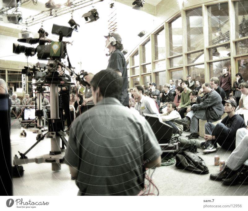 Behind the camera Menschengruppe sitzen Menschenmenge Werkstatt Video Medien