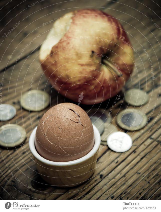 Für'n Appel und'n Ei! Eierbecher Eierschale Geld Geldmünzen bezahlen Armut Billig Apfelschale Tisch Holz Tischplatte Frühstück Ernährung Riss Euro beißen