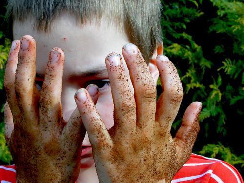 Sauber war gestern Hand Maulwurf Gärtner Wiese Gras Dreckspatz Finger Kind Gartenarbeit Spielen Freizeit & Hobby Junge Porträt Seife Graben Flasche dreckig Erde