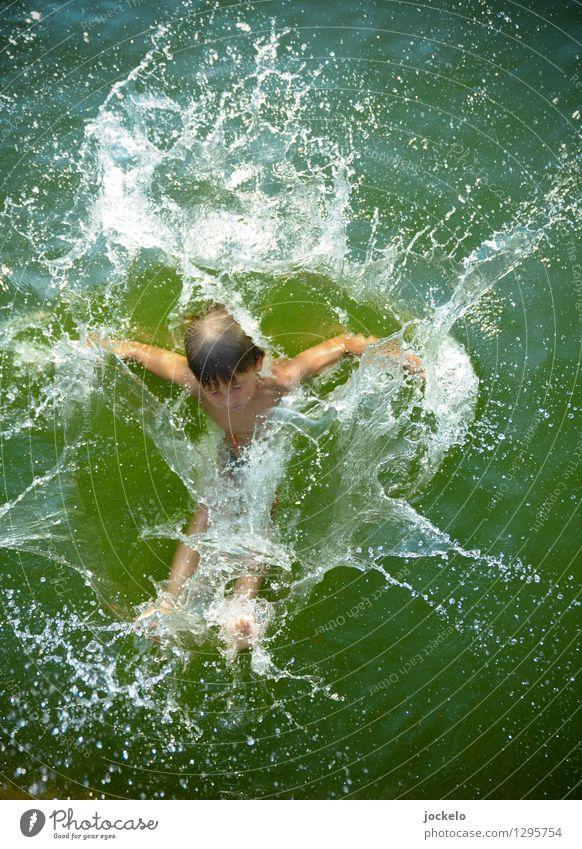 Splash maskulin Kind Junge 1 Mensch Wasser Schönes Wetter Teich See Schwimmen & Baden tauchen authentisch Flüssigkeit frech Glück lustig Geschwindigkeit grün