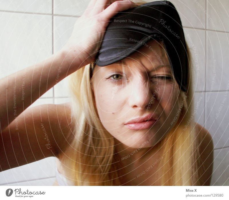 Montag Morgen 6:30 Jugendliche weiß Erwachsene Gesicht Kopf Junge Frau blond 18-30 Jahre schlafen kaputt Bad Maske Krankheit Fliesen u. Kacheln Schmerz Müdigkeit