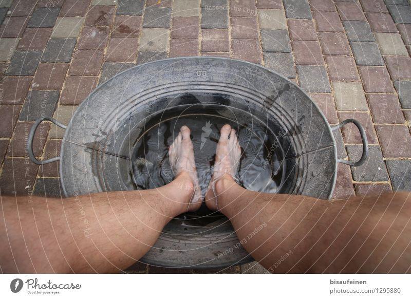 Es ist zu heiss... Beine Fuß 1 Mensch 18-30 Jahre Jugendliche Erwachsene Zufriedenheit Lebensfreude Trägheit bequem Nostalgie ruhig Zinnwanne Wasserwanne Fußbad