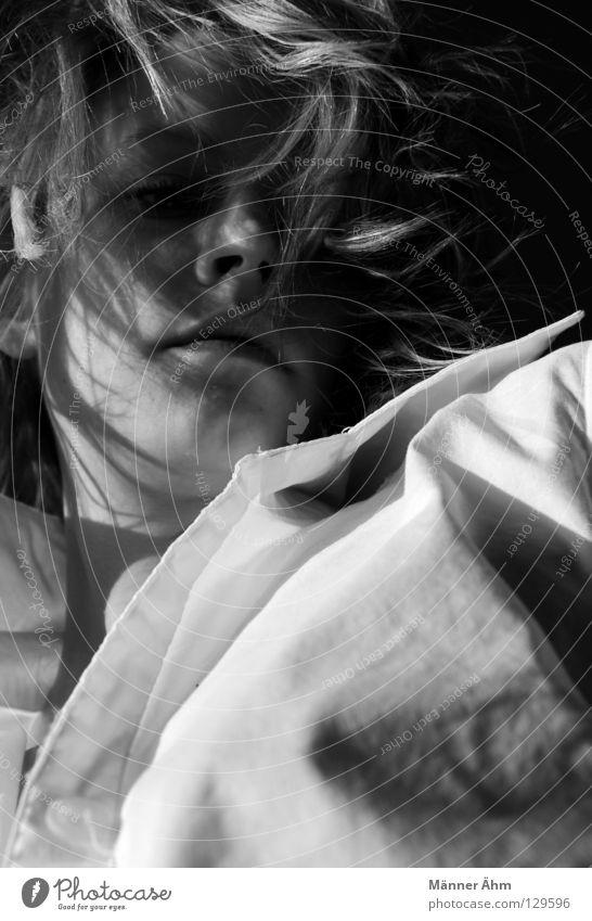 ... Frau Hemd schwarz weiß blond Lippen zart weich Bekleidung Anzug entkleiden anziehen Schwarzweißfoto Blick herab abwärts Haare Gesicht Mund Nase unnahbar