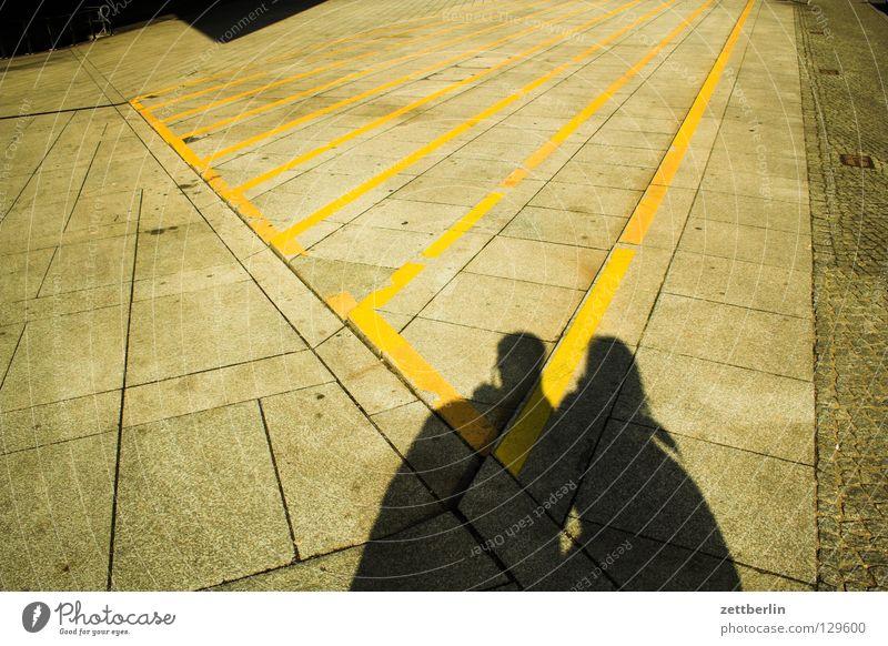 Schattenpaar Frau Mensch Mann Paar Freundschaft 2 Zusammensein Schilder & Markierungen Platz Treppe paarweise Perspektive Streifen Vertrauen Verkehrswege Warnhinweis